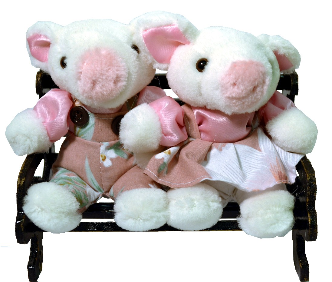PIGGY COUPLE W/PINK FLORAL ON BENCH