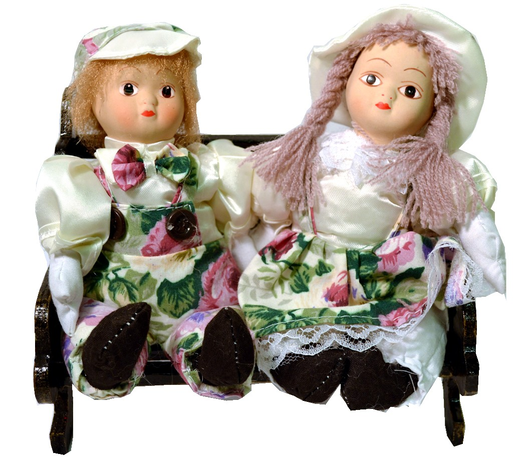 COUPLE W/WHITE FLORAL ON BENCH